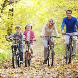 Ormanda bisiklet süren alie (Anne, baba, çocuklar)
