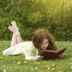 Doğada Kitap Okuyan Kız Çocuğu