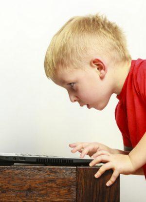 Bilgisayar Kullanan Çocuk