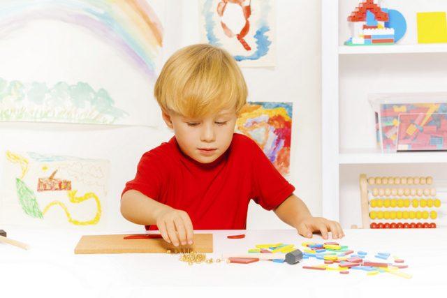 Puzzle yapan çocuk