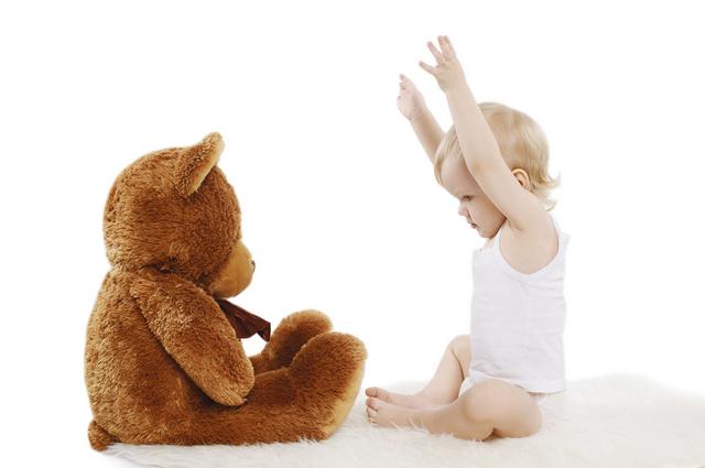 Bebek ve oyuncak ayısı