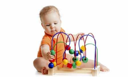 bebekler için oyuncakların önemi