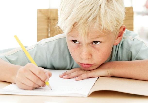 Ders çalışan çocuk