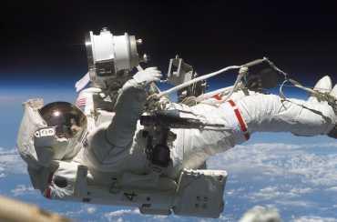 Astronot Uzay Boşluğunda